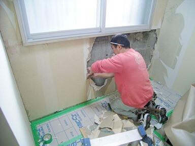 窓下の壁を解体して断熱を入れる工事中