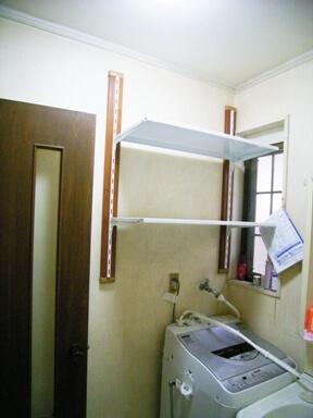 洗濯機上の空スペースに可動棚の設置